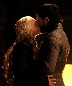 Daenerys Targaryen and jon snow-game of thrones kiss Jon Snow E Daenerys, Game Of Throne Daenerys, Jon Snow Daenerys Targaryen, Jon Targaryen, Arte Game Of Thrones, Game Of Thrones Funny, Jhon Snow, Dany And Jon, Game Of Thones