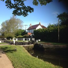 Beautiful lock cottage on our morning walk. This's what living on the cut is all about. #canal #neighbours #sewingseamseasy #friends #GU #sew