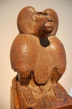 Thot, le dieu égyptien de la sagesse, inventeur de l'écriture et protecteur des scribes, est représenté ici sous la forme d'un babouin. Thot était associé au babouin et à l'ibis, deux animaux au comportement radicalement différent - British-Museum.