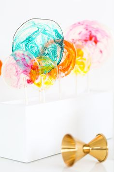 A little spiked lollipop never hurt anybody. How sweet is this DIY Spiked Lollipop Recipe ? Colorful, delicous, simple and so cute! Liquor Candy, Alcohol Candy, Baby Shower Favours For Guests, Party Favors For Adults, Liquor Lollipops, Jolly Rancher Lollipops, Lollipop Display, Fondant, Lollipop Recipe