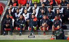En el banquillo se encuentra el nuevo preparador físico del Liverpool tiene un parecido a Jürgen Klopp... dale  Me Gusta si lo ves.