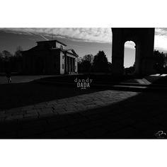 Progetto fotografico di Flavio Di Renzo. L'uomo e la città. Un gioco visionario in cui la realtà della città è sostituita dal pensiero da cui scaturisce una nuova poetica romantica. #fotografia #bianconero #città