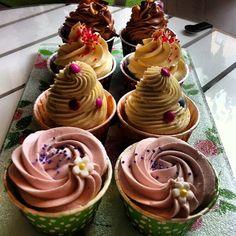 Rain rain, go away! Snickers, Summer Love, Smartie Surprise & Mormors Rabarber! #cupcake #dessert #fika #snickers #strawberry #chocolate #fint #gott #yummy #picoftheday #pretty