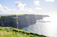 A country worth visiting during the summer is Ireland.Suitable for a summer vacation is that temperatures here rarely exceed 26 degrees. Ireland Holiday, Ireland Travel Guide, Wander, Places To Visit, Vacation, Mountains, Country, Summer, Vacations