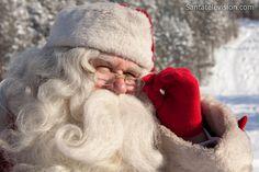 Babbo Natale osserva gli allenamenti dell'FC Santa Claus a Rovaniemi in Lapponia in Finlandia