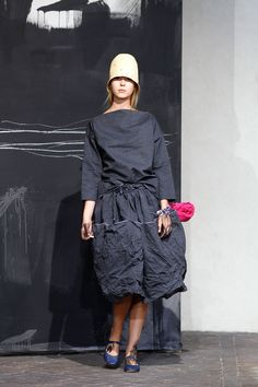 Daniela Gregis collection Love the natural and yet very hip feel of it. Street Outfit, Yohji Yamamoto, Layered Look, Wearable Art, Beautiful Outfits, Catwalk, What To Wear, Ready To Wear, Fashion Show