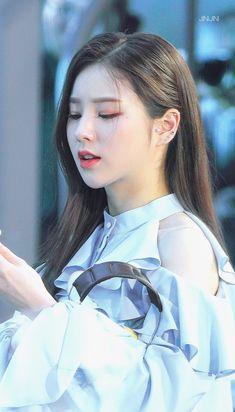 Kpop Girl Groups, Korean Girl Groups, Kpop Girls, Cute Ear Piercings, Piercings For Girls, Kpop Earrings, Blue Aesthetic Pastel, Famous Girls, Blackpink Fashion