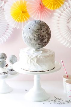 DIY Moon Cake Topper - an out of this world celebration idea! Make your outer space celebration extra-special with this simple DIY moon cake topper! Mooncake, Sailor Moon Cakes, Chinese Moon Cake, Rocket Cake, Moon Cake Mold, Little Muffins, Dessert Oreo, Astronaut Party, Outer Space Party