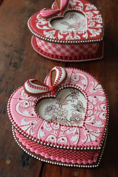 More 3-D cookie heart box designs from Julia M Usher of Recipes for a Sweet Life. These were designed for her recent cookie decorating classes in Portugal.