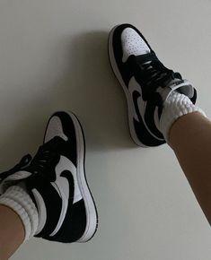 Discover recipes, home ideas, style inspiration and other ideas to try. Jordan 1 Black, Jordan 1 Retro High, Jordan 11, Nike Basketball, Jordan Shoes Girls, Girls Shoes, Nike Air Force, Nike Air Max, Jordan Sneakers