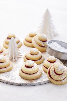 Knusprige Plätzchen mit Gelee gefüllt zu Weihnachten