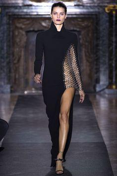 Isabeli Fontana http://www.vogue.fr/mode/mannequins/diaporama/retour-super-tops-podiums-fashion-week-automne-hiver-2013-2014-carolyn-murphy-sasha-pivovarova-kate-moss-carmen-kass-mariacarla-boscono-catherine-mcneil-isabeli-fontana/12144/image/733574#isabeli-fontana-anthony-vaccarello-givenchy-louis-vuitton-automne-hiver-2013-2014