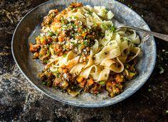 Denne vegetarvarianten av «bolognese» kan serveres med pasta, brukes i lasagne eller i en grateng. Sjampinjong gir en fyldig smak og konsistens, og grønnsakene kan varieres etter eget ønske. Prøv for eksempel purre, kålrot, pastinakk og brokkoli. En flott måte å få brukt opp eventuelle rester i grønnsakskuffen. Bolognese, Tex Mex, Food Inspiration, Cauliflower, Dinner, Vegetables, Ethnic Recipes, Drinks, Lasagna