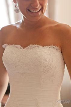 photo mariage préparatifs maquillage habillage boudoir robe mariée dentelle lace wedding dress bride chateau grattequina bordeaux by modaliza photographe