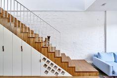meubles en bois massif, escalier droit avec rangements gain de place et parement…