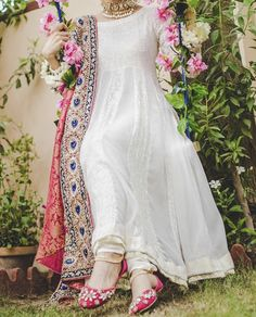 Pakistani Formal Dresses, Pakistani Dress Design, Formal Dresses For Weddings, Pakistani Outfits, Indian Dresses, Pakistani Couture, Designer Anarkali Dresses, Designer Dresses, Simple Outfits