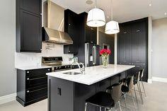 Cocina con los muebles y armarios pintados de negro