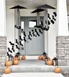 Browse through these DIY Halloween decoration themes to get ready for Fall's favorite holiday. These outdoor / indoor Halloween decorating ideas are to die for you Spooky Halloween, Entree Halloween, Porche Halloween, Halloween Veranda, Fete Halloween, Holidays Halloween, Happy Halloween, Halloween Design, Halloween Deco Mesh