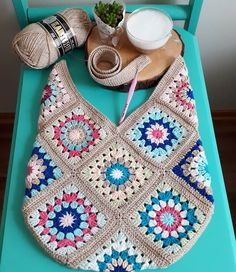 604 Me Gusta, 36 Comentarios - Antidepresanhobiler Dilek&Apo 604 Me gusta, 36 comentarios - Antidepresanhobiler Dilek'ce Bolsa a trocitos This Pin was discovered by Emi Just three grannies! Pull Crochet, Love Crochet, Bead Crochet, Crochet Gifts, Diy Crochet, Crochet Baby, Crochet Stitch, Crochet Handbags, Crochet Purses