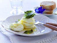 Zitronen-Mozzarella und gebratenes Basilikum