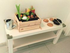 """IKEA-Kinderküche DIY bestehend aus: IKEA-Beistelltisch+IKEA-Glasuntersetzer+IKEA-Obstkistchen. Die """"Erde"""" ist aus einem braunen Handtuch und Füllwatte in drei Rollen genäht. Das Gemüse ist aus Filz genäht, bzw. von Haba Biofino."""