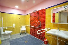 Vista del baño grande para adult@s 8,9 M2 de superficie.  Adaptado a todas las minusvalías.  Tiene cambiador y ducha de hidromasaje.  Lleva espejo anti vaho. El WC es automático.