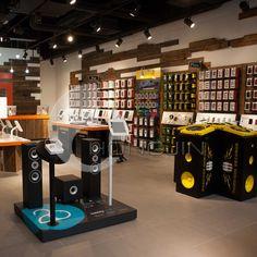 Modern Wooden Electronic Retail Stores Display Rack.