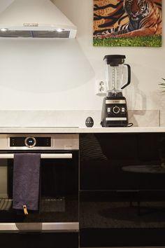 Kuudennen jakson tyylikäs ensiasunto ihastutti toimivalla keittiöiratkaisulla! Lungo-profiilivetimet myötäilevät linjakasta tyyliä. #asuntokaupatsokkona #nelonen #jakso6 #vetimet #vedin #sisustus #sisustussuunnittelu #keittiö #keittiösuunnittelu #Lungo #musta #valkoinen #profiilivedin #takakiinnitteinen #helatukku Espresso Machine, Coffee Maker, Kitchen Appliances, Home, Espresso Coffee Machine, Coffee Maker Machine, Diy Kitchen Appliances, Coffee Percolator, Home Appliances