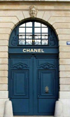 París y la moda siempre van unidas de la mano. Chanel, es una parada obligada para los fashion victims que visiten la capital francesa.