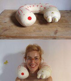Mesmo que você não tenha filhos você vai sentir vontade de fazer este travesseiro de pescoço divertido e muito fofo. Esta peça é ótima para quem viaja dem