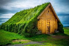 Skalholt, Iceland - This goes beyond having a green roof. It's got green siding too. roof 20 gorgeous houses from Scandinavia that look like they're from a magical world Roof Architecture, Sustainable Architecture, Residential Architecture, Contemporary Architecture, Casa Dos Hobbits, Green Siding, Living Roofs, Living Walls, Residential Roofing