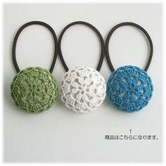 まんまるレースヘアゴム(Sサイズ)*3 2x Crochet Brooch, Crochet Headband Pattern, Crochet Buttons, Knitted Headband, Crochet Earrings, Crochet Gifts, Crochet Baby, Crochet Designs, Crochet Patterns