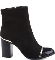 Desejo entre as fashionistas que adoram o mix de texturas, as botas de salto bloco e ponteira de verniz se destacam como versáteis e práticas. Perfeitas para compor looks estilosos e poderosos nos di