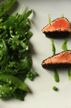 Saumon mi-cuit mi-cru en croûte de pavot, salade très verte parfumée au wasabi