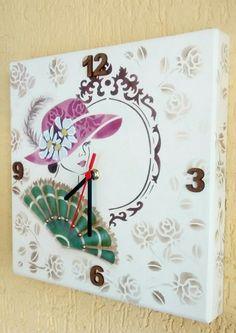 """Relógio""""A Dama Antiga"""" pintura delicada com stencil em mdf."""