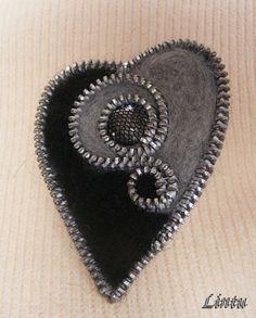 Szív alakú fekete-szürke nemezelt cipzár bross(kitűző), Ékszer, óra, Bross, kitűző, Anyaga- nemezelt merinógyapjú, filc, fém cipzár, gomb.  Mérete - kb. 5x7 cm., Meska