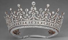 Tiara Girls of Great Britain and Ireland - Perteneció a la Reina Mary de Inglaterra. Fabricada con diamantes, en origen tenía submontadas nueve perlas.