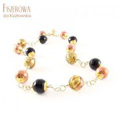 Nowoczesny, prosty naszyjnik, wykonany z pięknych kul szkła Murano z kolekcji Machiavelli w kolorze koralowo - brzoskwiniowym oraz onyksów i ceramiki, wplecionych w łańcuch o okrągłych ogniwach. Całość wykończona złoconym srebrem (vermeil). Kulfi, Beaded Bracelets, Jewelry, Fashion, Jewellery Making, Moda, Pearl Bracelets, Jewerly, Fasion