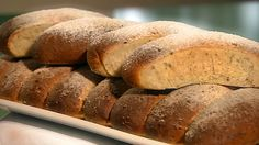 Mette Blomsterberg kaller disse små nøttebrødene for nøddestollen. De minner i konsistens om danske teboller. Deigen er myk og fuktig, og de smaker herlig med smør på.