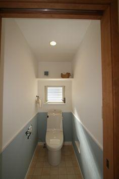 ひとりだけの空間でほっと一息、心をリセットできるこだわりのTOIL。 #家#建築#工務店#住宅#インテリア#自然素材#住まい#一戸建て#トイレ#TOIL#アクセントクロス#クロス#壁紙 Metal Wall Decor, Metal Wall Art, Toilet Design, Blue Bedroom, Home Deco, Bathroom, Interior, Bathroom Under Stairs, Toilets