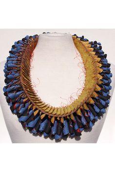 "Luis Acosta - Gorguera / 2011 Collar / Seis capas de papel de diferentes colores / Cosido a máquina / diámetro 38cm alto 3.5 hasta 5...-   EXPO ""BEYOND TEXTILE - 21 jewelers from Argentina"" -"