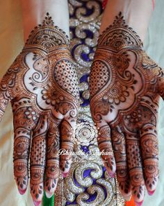 A beautiful inspiring henna design! Mehndi artist unknown so please if you come across this image and you are or you know the artist please comment below and I will add it to the description! Henna Hand Designs, Wedding Mehndi Designs, Mehndi Art Designs, Mehndi Patterns, Latest Mehndi Designs, Mehndi Designs For Hands, Henna Tattoo Designs, Design Tattoos, Mehndi Tattoo