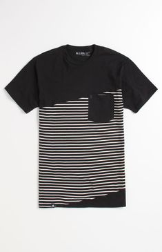 polo negro con rayas diagonales blancas.  Perfecto para combinarlo con un pantalón negro y unos zapatillas color beige o camel.