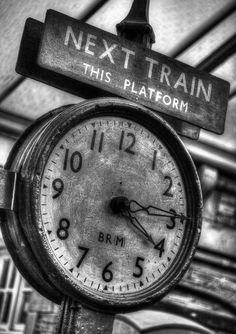 relógio analógico antigo.  Found on a-t-o-m-i-c.tumblr.com via Tumblr