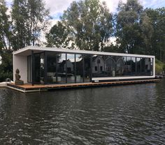 Is it really possible to live on a houseboat?different types of houseboats that are commonly used as fulltime dwellings of vacation homes. Floating Architecture, Architecture Design, Water House, Boat House, Tiny House, Houseboat Living, Floating House, Rustic Design, Modern House Design