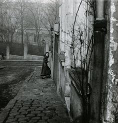 """From one moment to another memory steps back to rediscover the past."" (Munia Khan) ____ photography by Willy Ronis, Rue de la Cloche, Menilmontant, Paris, 1948 Willy Ronis, Artistic Photography, Street Photography, Art Photography, People Photography, Old Paris, Vintage Paris, Robert Doisneau, Vintage Photographs"
