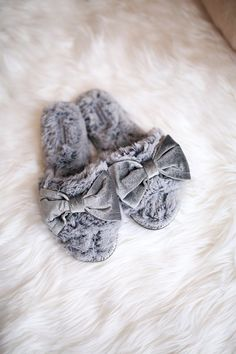 Everyone needs a fabulous pair of cozy winter slippers! Winter Slippers, Fuzzy Slippers, Winter Love, Cozy Winter, Southern Curls And Pearls, Faux Fur Blanket, Bow Shoes, Cozy Bedroom, Card Wallet