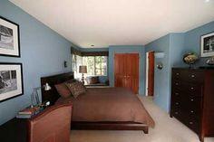 Si el dormitorio tiene muebles de madera oscuros, el azul es una gran elección.