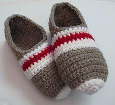 Pantoufles bas de laine au crochet pour femme Crochet Wool, C2c Crochet, Crochet Slippers, Crochet Hats, Work Socks, Owl Hat, Crochet Stitches Patterns, Loom Knitting, Womens Slippers