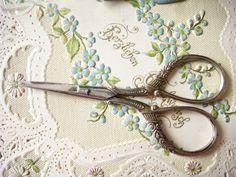 Süße kleine antike Metall- Schere mit Dekorgriff von Maison Dora Vintage Living auf DaWanda.com